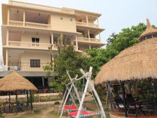 Hotel River Side Chitwan - Hammocks nearby restaurant and new building