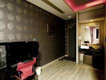 F1 Hotel: guest room