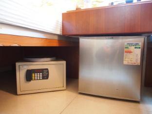 Kamal Deluxe Hotel - Toronto Motel Group Hong Kong - Safety box and fridge