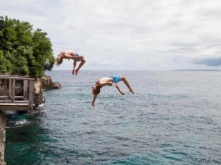 Bersantai Villas Lembongan Bali - Cliff jumping for the more adventurous guests!