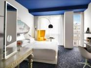Rum med King size-säng och utsikt mot trädgård
