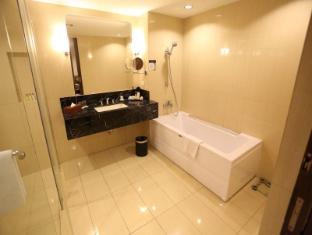 Luxent Hotel Manila - Bathroom