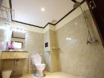Phonethip Plaza Hotel: bathroom