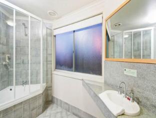 Statesman Hotel Canberra - Bathroom