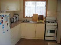 Apollo Bay Backpackers: kitchen