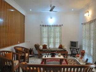 Prince Park Farmhouse Resort Pondicherry - Living Room