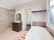 Red Door Holiday House: bathroom