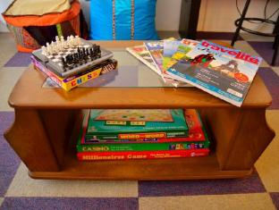 Hilik Boutique Hostel Manila - Board Games & Magazines (Common Room)