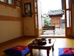 Hanbit Hanok Guesthouse | South Korea Budget Hotels