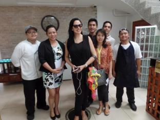 WellCome Hotel Cebu - The Staff & Crew with a famous world celebrity