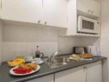 Macleay Serviced Apartments Hotel: kitchen