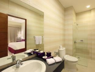 Kuta Central Park Hotel Bali - Baño