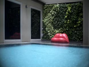 V Hotel Bencoolen Singapore - Pool with Lip