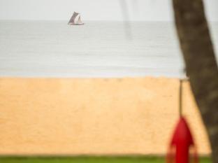 Camelot Beach Hotel Negombo - Beach