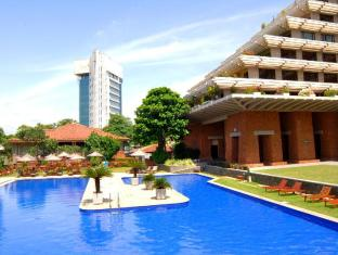 Cinnamon Lakeside Hotel Colombo - Swimming pool view