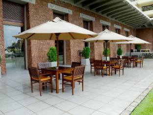 Cinnamon Lakeside Hotel Colombo - Pool Bar