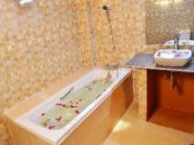 Diamond Hotel: bathroom