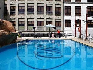 默迪卡宫酒店和套房 古晋 - 游泳池