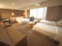 H1 Hotel: super deluxe family room (1 queen & 2 twin)