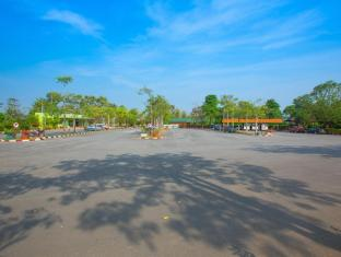 Golden Pine Resort and Spa Chiang Rai - car parking