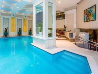 Discovery Suites Hotel Manila - Swimming Pool
