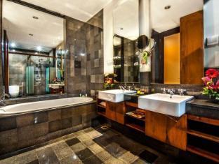 Kuta Seaview Boutique Resort & Spa Bali - Family Room Bathroom