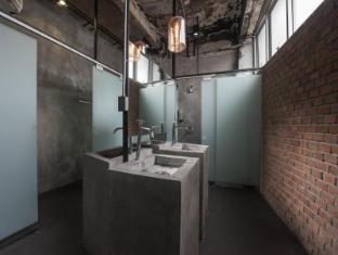 트라이브 더 호스텔 - 팟퐁 바이 더 벨 방콕 - 화장실