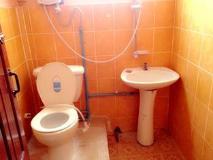 Phanthong Guesthouse: bathroom