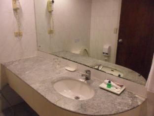 Atrium Hotel Manila - Studio King Bathroom