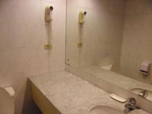Atrium Hotel Manila - Studio Twin Bathroom