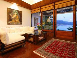 Mom Tris Villa Royale Hotel Phuket - Camera