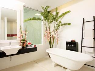 The Old Phuket Karon Beach Resort Phuket - Bathroom Deluxe Pool Access - Serene Wing