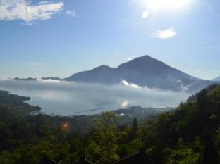 Kintamani Backpackers Bali - Lake and Mountain Abang in the Morning