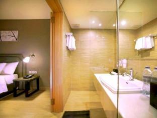 Harper Kuta Hotel Bali - Bathroom