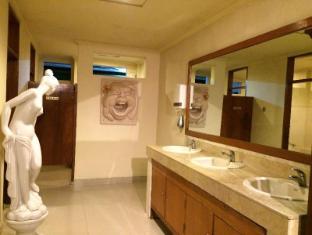 Green Garden Hotel Bali - Washbasins in front of Public Toilet