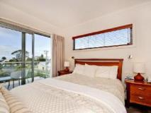 Captain's At The Bay Hotel: guest room