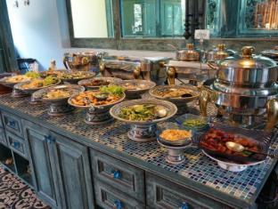 At Pingnakorn Huaykaew Hotel Chiang Mai - Food and Beverages