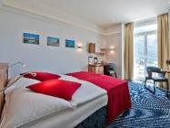 Pokój o podwyższonym standardzie z podwójnym łóżkiem i widokiem na jezioro