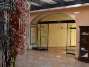 Roma Hotel Prague - Entrance