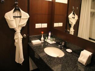 City Park Hotel New Delhi and NCR - Deluxe Room Bathroom