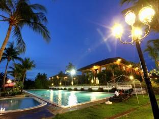 Fort Ilocandia Resort Hotel Laoag - तरणताल
