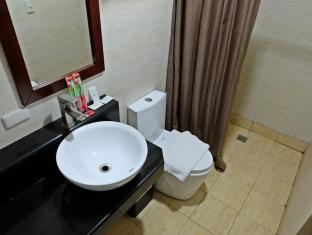 Capitol Central Hotel and Suites Cebu - Bathroom