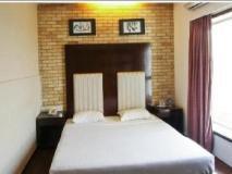 Hotel Savoy Suites: guest room