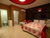 Shine Motel: guest room