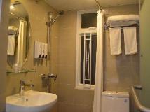 Modern Inn: bathroom