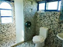 Sine Ya Hostel: bathroom