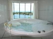 The Emerald Surfers Paradise Apartments: hot tub