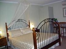 Picnics Bed and Breakfast: guest room