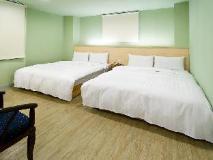 Hotel Skoal: guest room