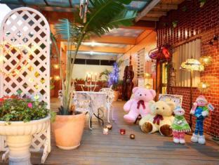 Love in Pearl Hostel